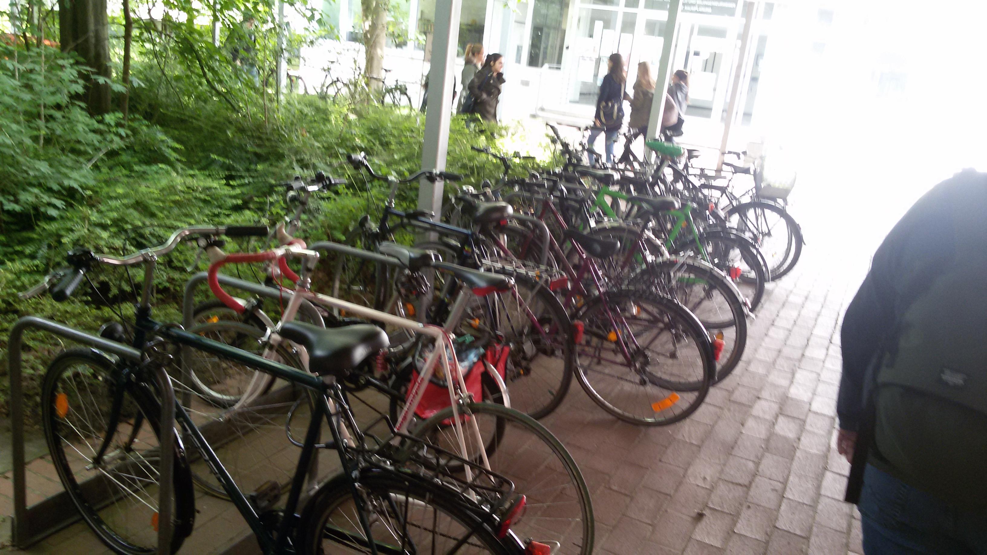 ein Fahrradparkplatz bis zum letzten Platz belegt