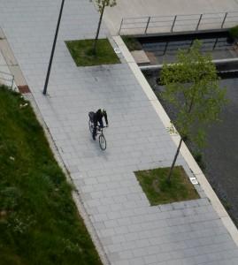Radfahrerin auf Radweg