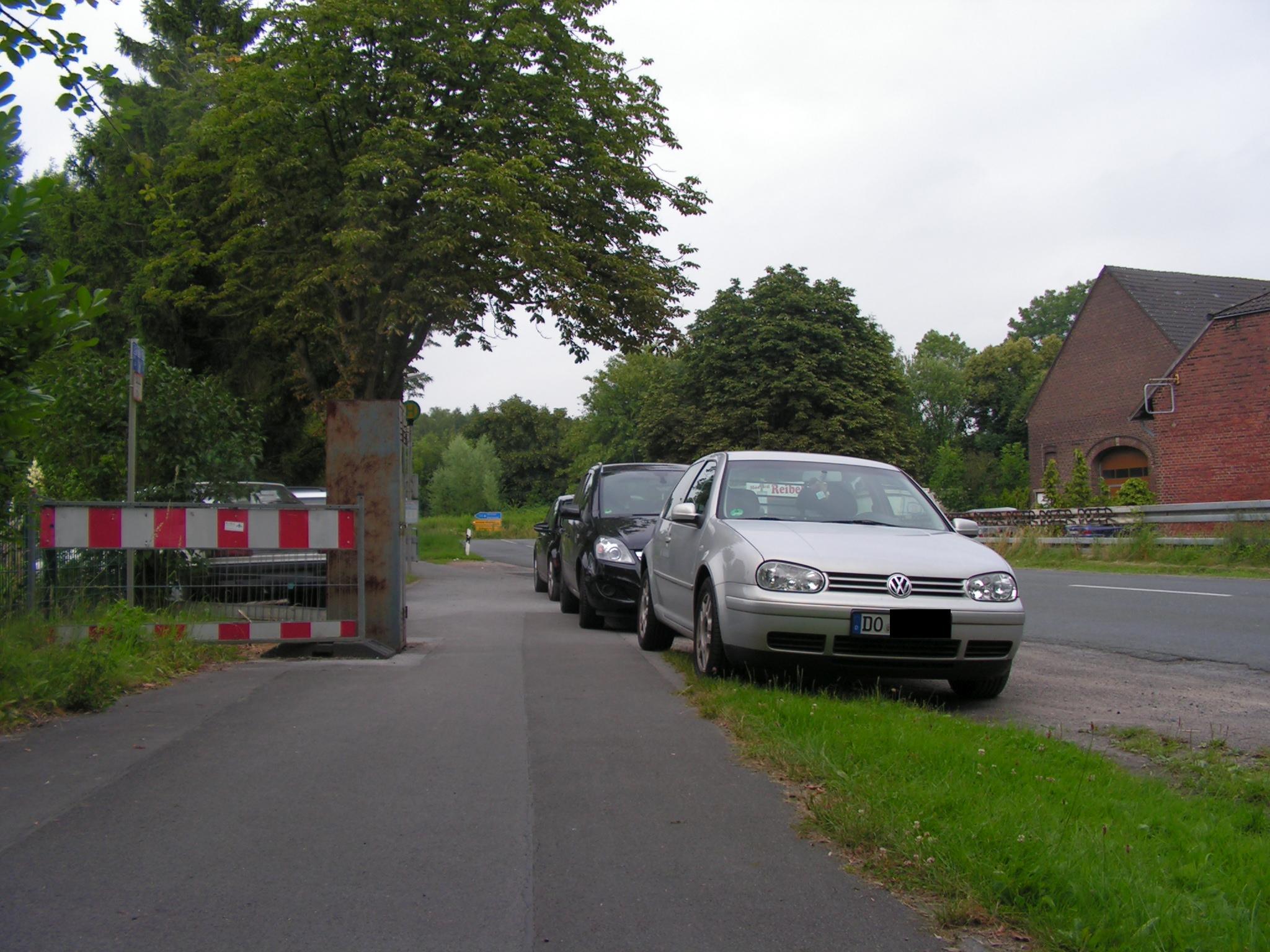 Hindernis ragt über Absperrung hinaus, Zweirichtungsverkehr bei Dunkelheit? Immerhin ist noch Platz zum Parken. In Gegenrichtung gilt natürlich Benutzungspflicht. (Foto: Peter Maier)