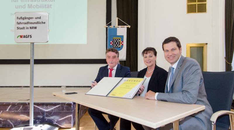 NRW-Verkehrsminister Michael Groschek, AGFS-Vorstand Christine Fuchs und Oberbürgermeister Thomas Eiskirch unterzeichnen die AGFS-Mitgliedschaftsurkunde. (Foto: Lutz Leitmann / Stadt Bochum)