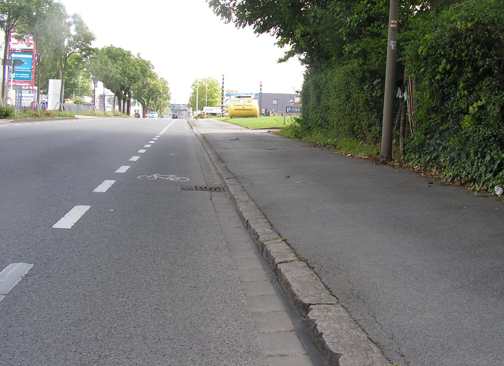 Schmales Schutzstreifchen in Dortmund. Die nutzbare Breite wird durch den Gullydeckel nochmals deutlich verringert. (Foto: Peter Maier)