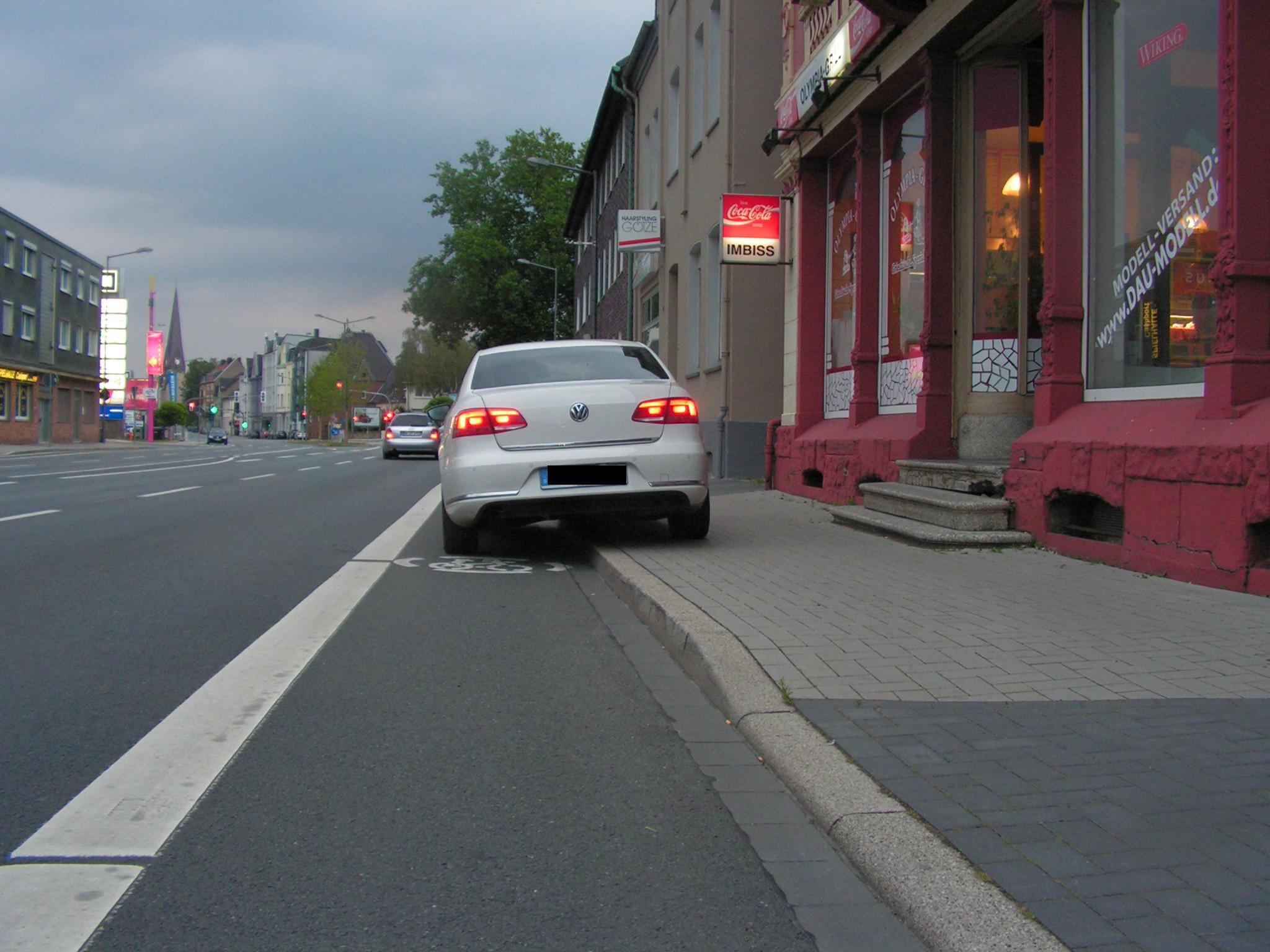 Problemfall Herner Straße 278: Eine Kurzparkzone in der Hiltroper Straße und ein deutlich sichtbares Hinweisschild auf die Kurzparkzone am Imbiss könnte zu einer Besserung führen. (Foto: Peter Maier)