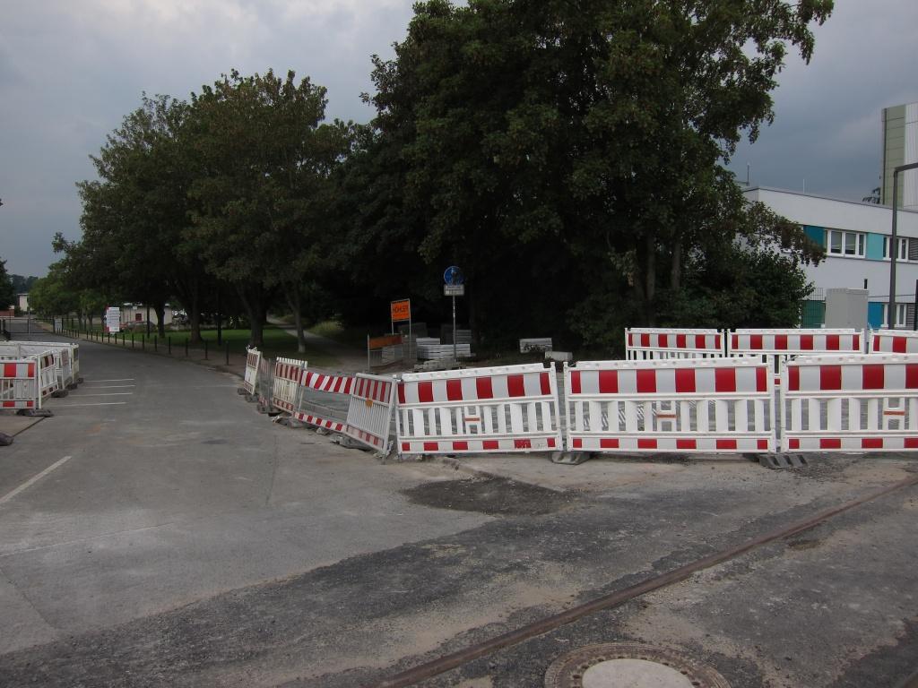In der Höhe der hinteren Absperrelemente auf der rechten Straßenseite war vor den Baumaßnahmen die Absenkung (Foto: Fabian Menke)