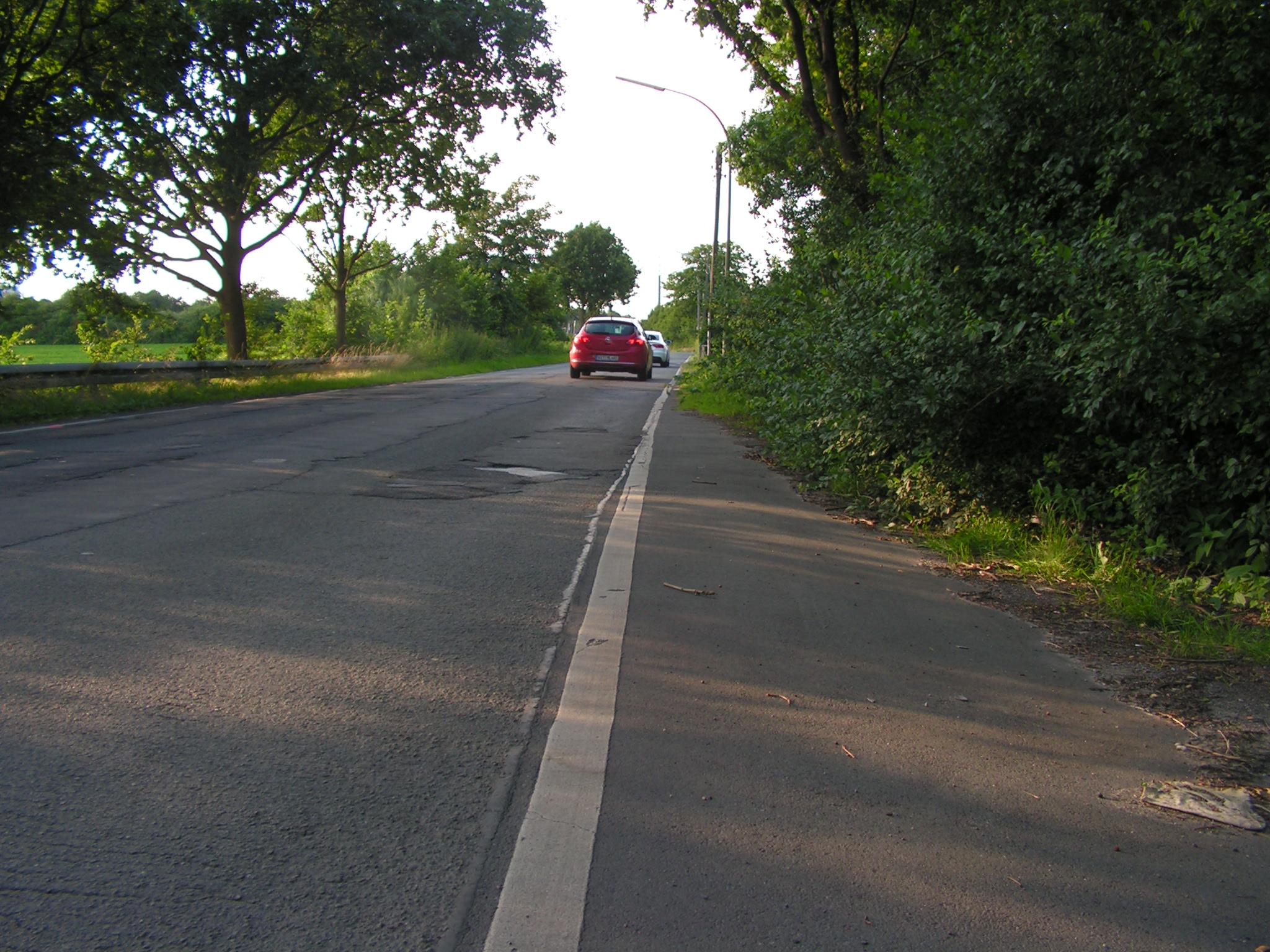 Schlaglochpiste ohne Geh- oder Radwege. (Foto: Peter Maier)