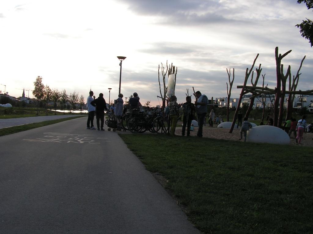 Am Spielplatz auf der Nordseite, der viel zu nah am Radweg liegt, gibt es keine ausreichenden, auch mit Kinderwagen benutzbaren Aufenthaltsflächen, so dass gehäuft Radwegsteher auftreten (Punkt 3, Foto: Peter Maier).