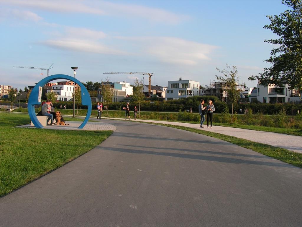 Ein Sitz- und Aufenthaltsbereich in Spielplatznähe ist nur vom Radweg aus erreichbar, so dass die meisten Fußgänger wie im Bild die Strecke zwischen Spielplatz und Sitzbereich auf dem Radweg zurücklegen statt durchs Gras zu stapfen. (Foto: Peter Maier)