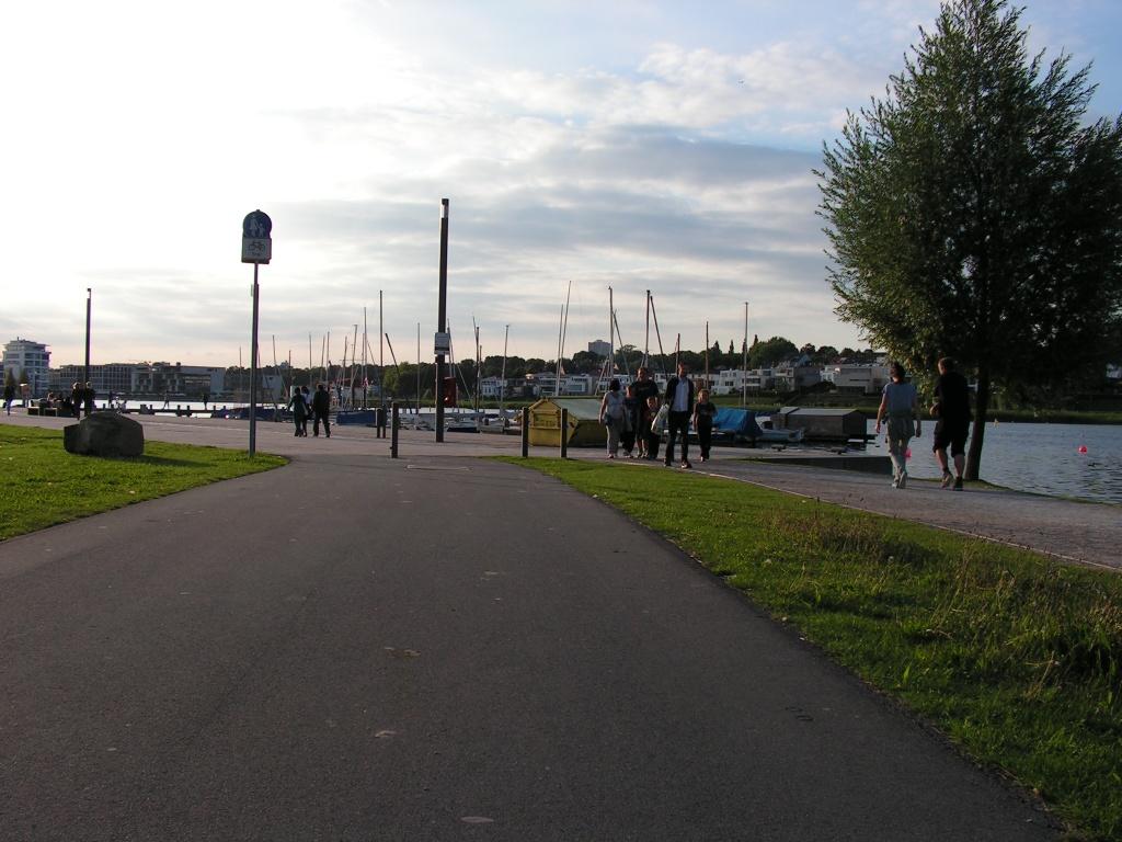 """Außer dem großen Hafen im Westen gibt es einen weiteren Hafen im Süden. Auch hier gibt es Konfliktpotenzial (""""Gehweg, Radfahrer frei"""") statt klarer Separierung (Punkt 4, Foto: Peter Maier)."""