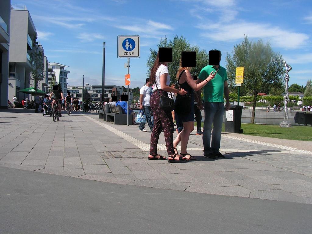Radler in der Fußgängerzone, denn es gibt keine gut geplante Umfahrung der Fußgängerzone und die schlechten Umfahrungsmöglichkeiten sind nicht beschildert und für Ortsunkundige nicht erkennbar (Punkt 5, Foto: Peter Maier).