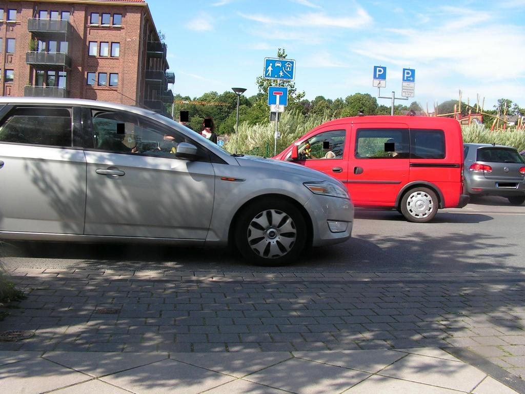 Die weitläufige Umfahrung (auf der Karte blau) verläuft weit abseits des Sees. Sie kreuzt die Hörder Hafenstraße mit viel Parkplatzsuchverkehr... (Foto: Peter Maier)