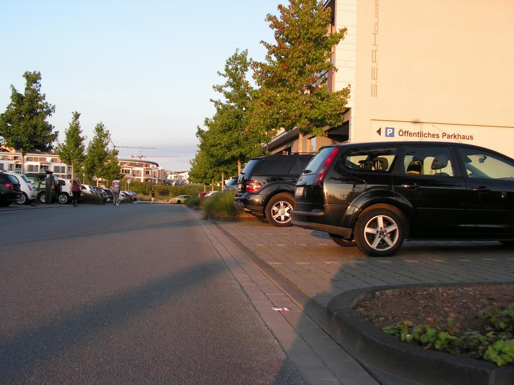 Nach dem Queren der Fußgängerzone geht es auf Straßen mit viel Parkverkehr und mehreren unübersichtlichen Parkhausausfahrten weiter. Für Kinder ungeeignet. (Foto: Peter Maier)