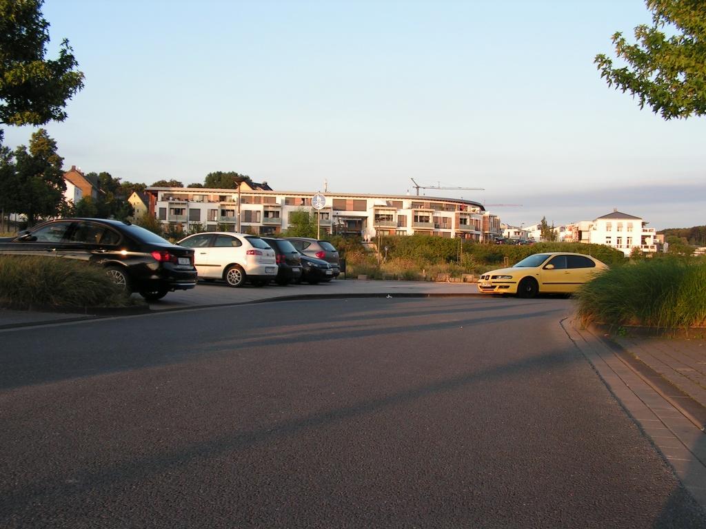 Bevor man wieder den Radweg erreicht, muss man sich um zahlreiche Falschparker schlängeln, um als krönenden Abschluss auch hier eine völlig unnötige Umlaufsperre (auf Höhe des Geh- und Radwegschilds) zu erreichen. An den Reifenspuren neben der Umlaufsperre war bisher gut zu erkennen, was die meisten Radfahrer von diesem unsinnigen Hindernis hielten (Punkt 7). Und auch hier bleibt die Stadt Dortmund konsequent: Statt diesen Wink mit dem Zaunpfahl zu verstehen und die Umlaufsperre durch Pfosten zu ersetzen, wurde ein Mülleimer in den Weg gestellt. Nicht nur in Sachen geschützter Infrastruktur, Radwegbreite und Radwegqualität, sondern auch im Umgang mit Desire Lines könnte die Stadt Dortmund also noch viel von erfolgreichen Städten wie Kopenhagen lernen. Wenn sie denn lernen wollte.