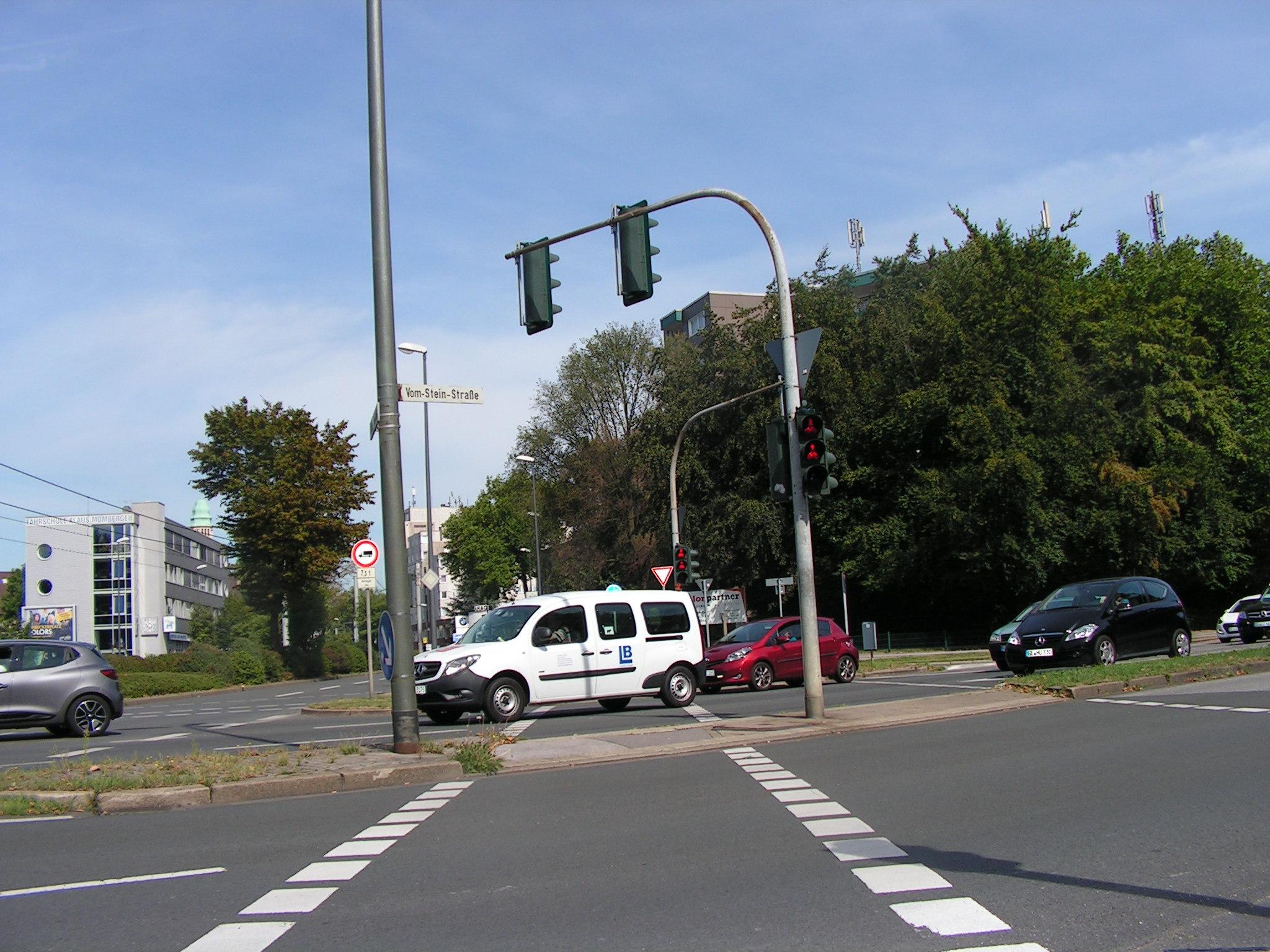 Der fast durchgängig vierstreifige Umgehungsring. Im Hintergrund die Kurt-Schumacher-Straße, die kurz darauf zur De-la-Chevallerie-Straße wird und immerhin für den LKW-Durchgangsverkehr gesperrt ist. (Foto: Peter Maier)