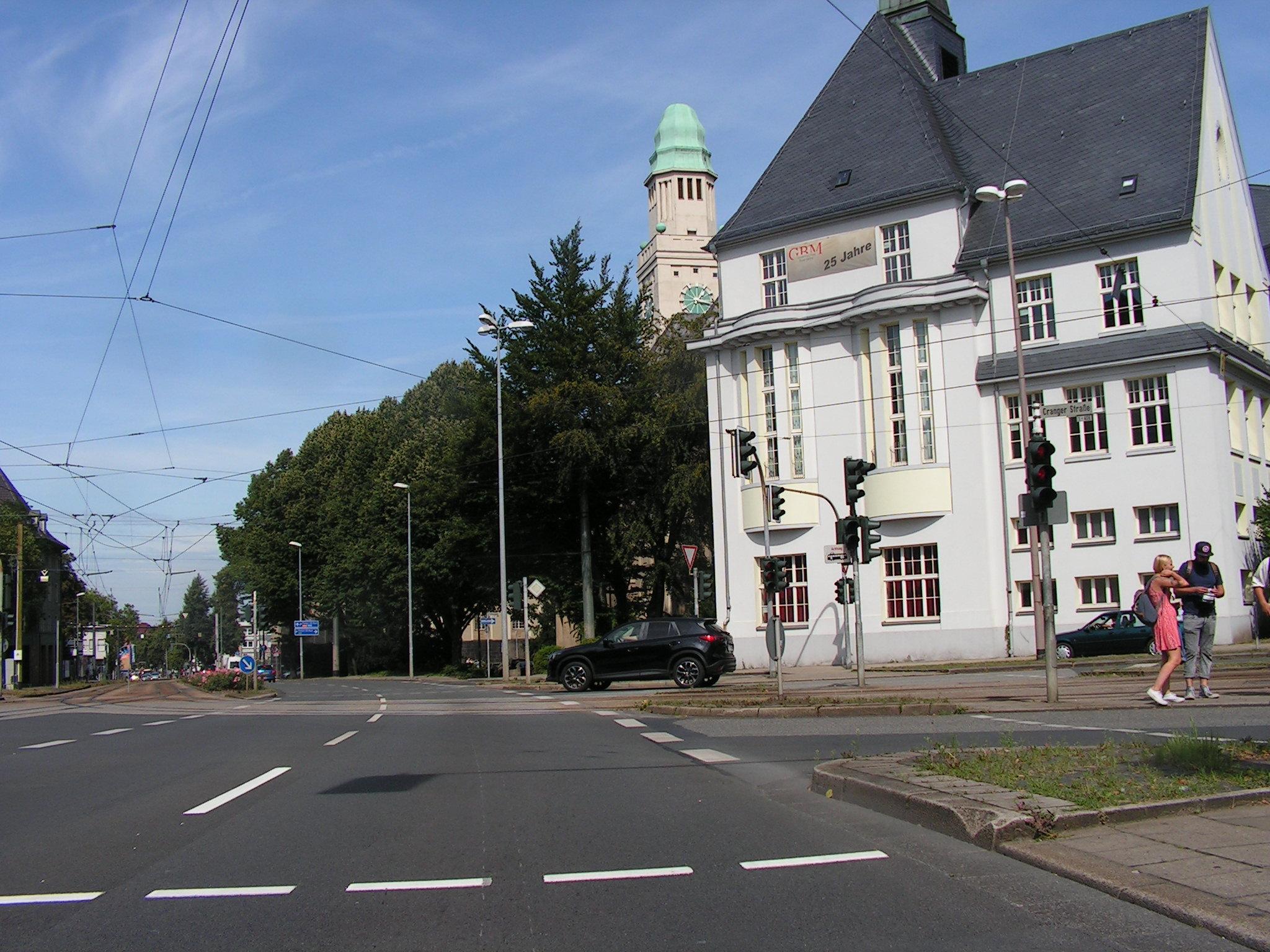 Beginn der De-la-Chevallerie-Straße. Ab hier soll ein 1,5 Meter schmaler Schutzstreiifen neben einer überbreiten Fahrbahn aufgepinselt werden. (Foto: Peter Maier)