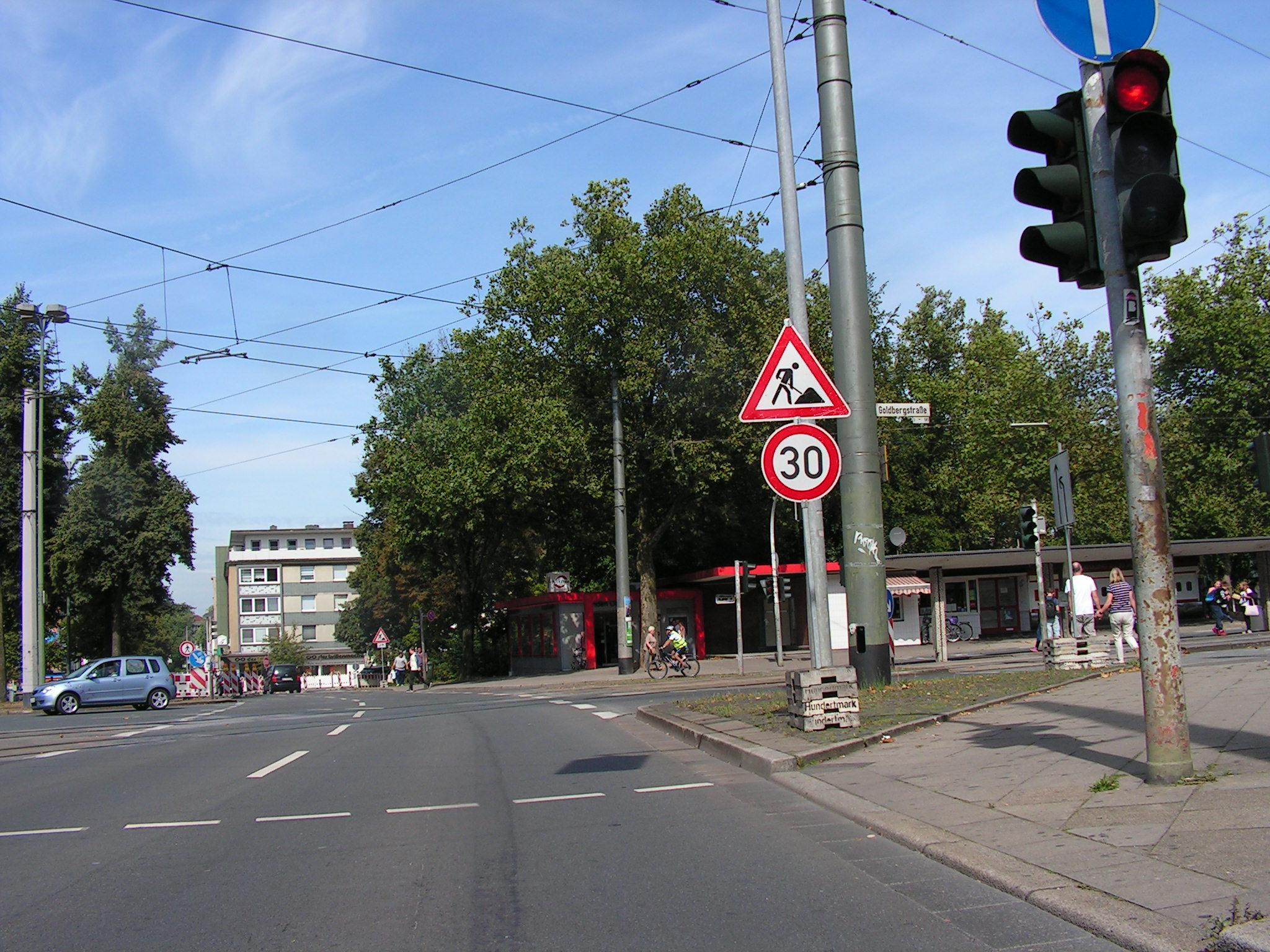 """Kreuzung De-la-Chevallerie-Straße und Goldbergstraße. Auch in der Goldbergstraße sollen schmale Schutzstreifen aufgepinselt werden. Auch hier fordert """"Rad für Buer"""" zwei Meter breite Radfahrstreifen und Tempo 30. (Foto: Peter Maier)"""