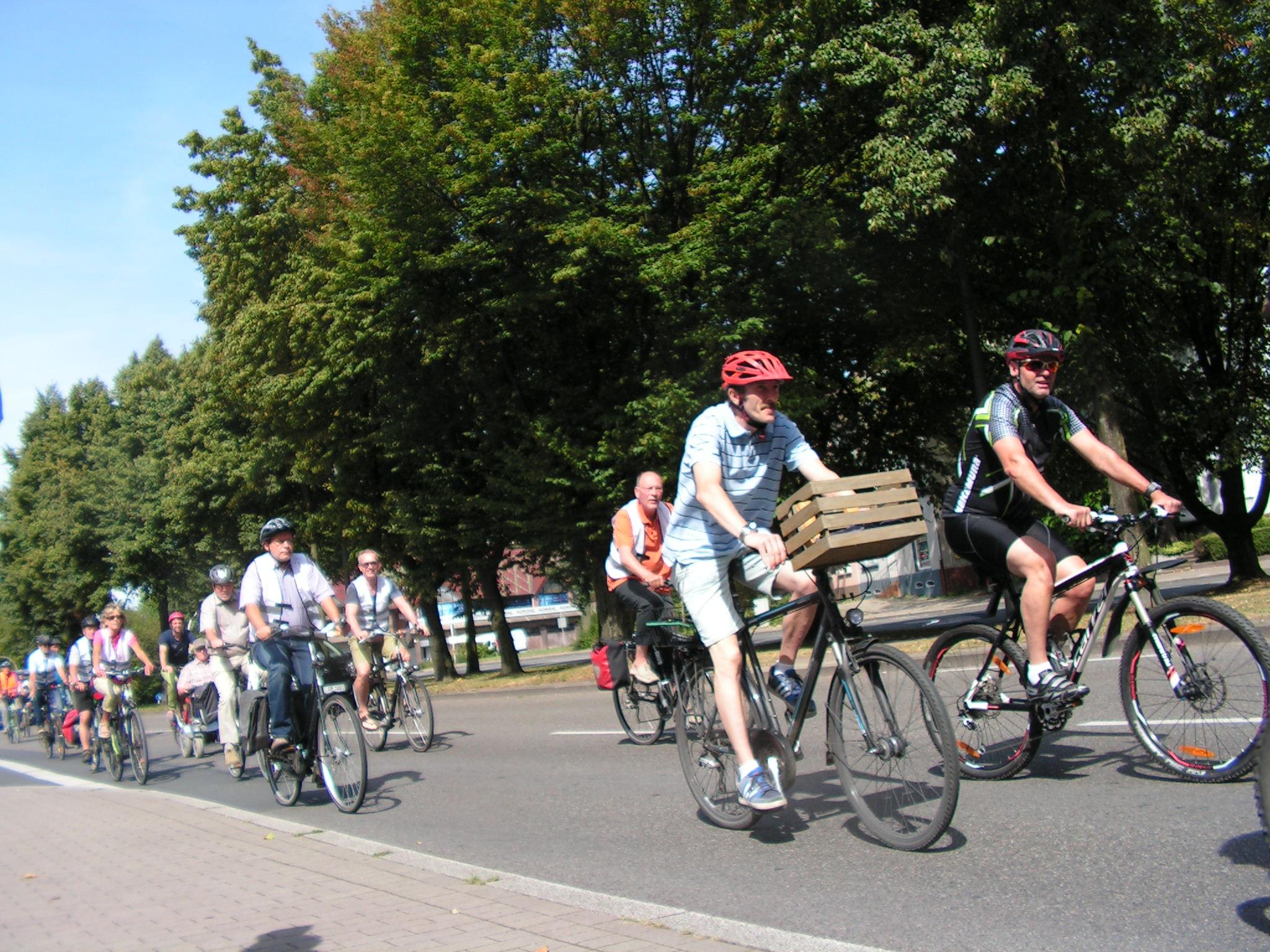 Alle Arten von Radfahrern demonstrierten: Vom Lycra-Krieger bis zum Apfelsinenkistentransporteur. (Foto: Peter Maier)
