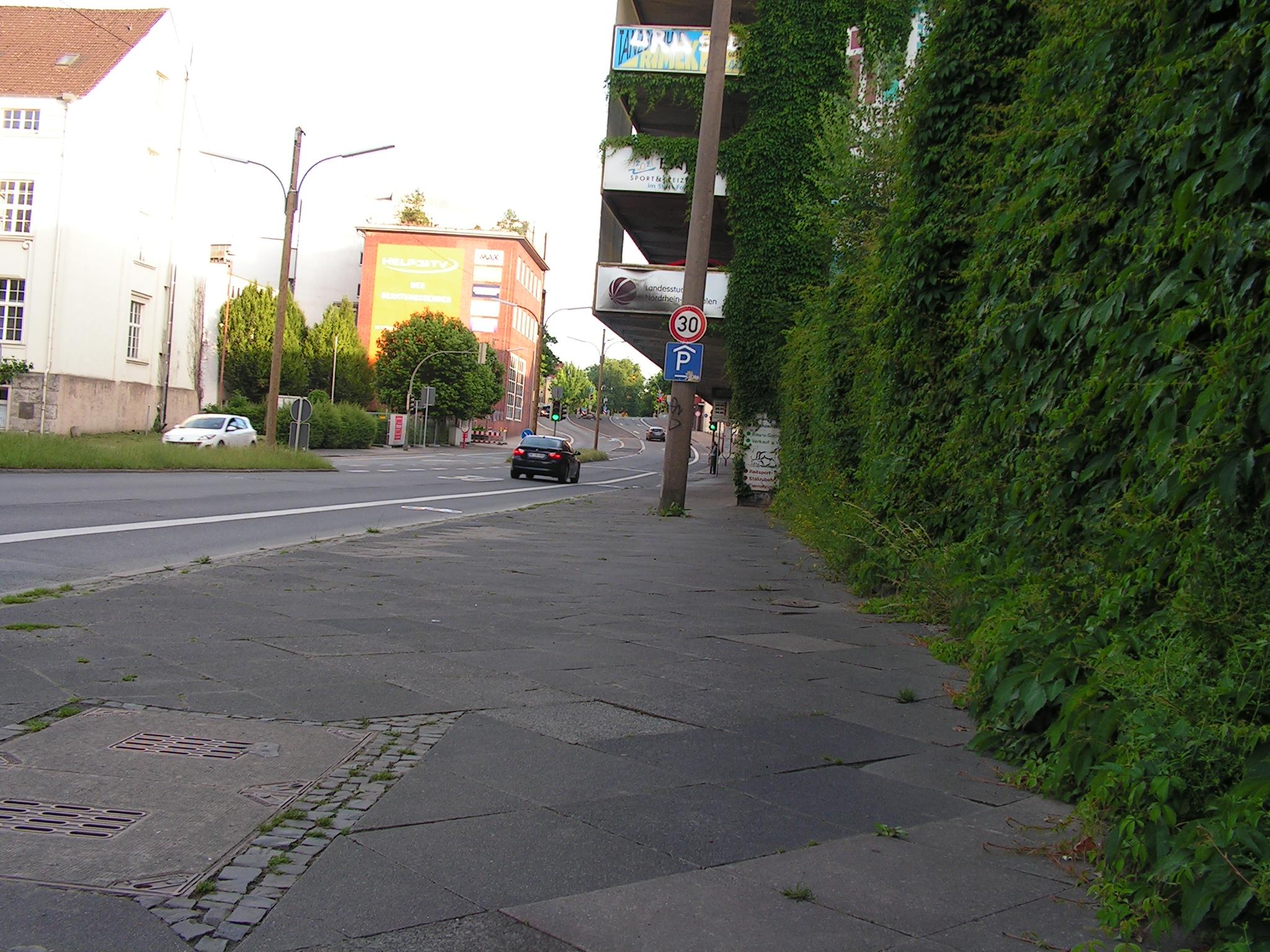 Die Faßstraße in Dortmund: Keine Planung, die Begeisterung auslöst, aber immerhin Radfahrstreifen neben der überbreiten Fahrbahn und Tempo 30. (Foto: Peter Maier)