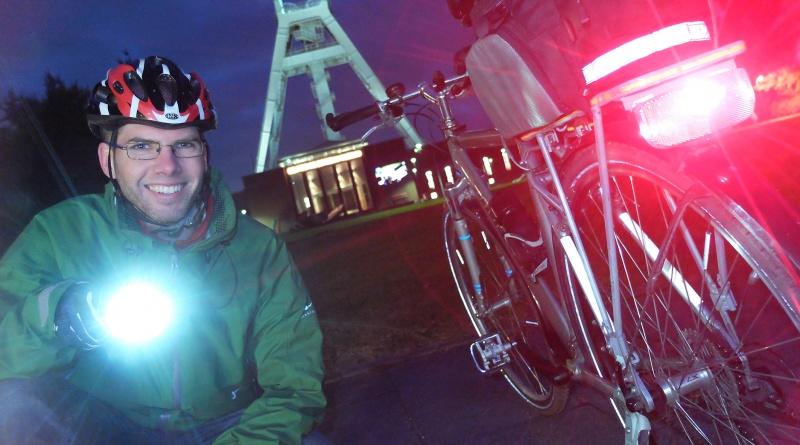 Bochums Radverkehrsbeauftragter Matthias Olschowy mit Sicherheitsbeleuchtung am Fahrrad vor dem Deutschen Bergbau-Museum,   (Foto: Lutz Leitmann/Stadt Bochum, Referat für Kommunikation)