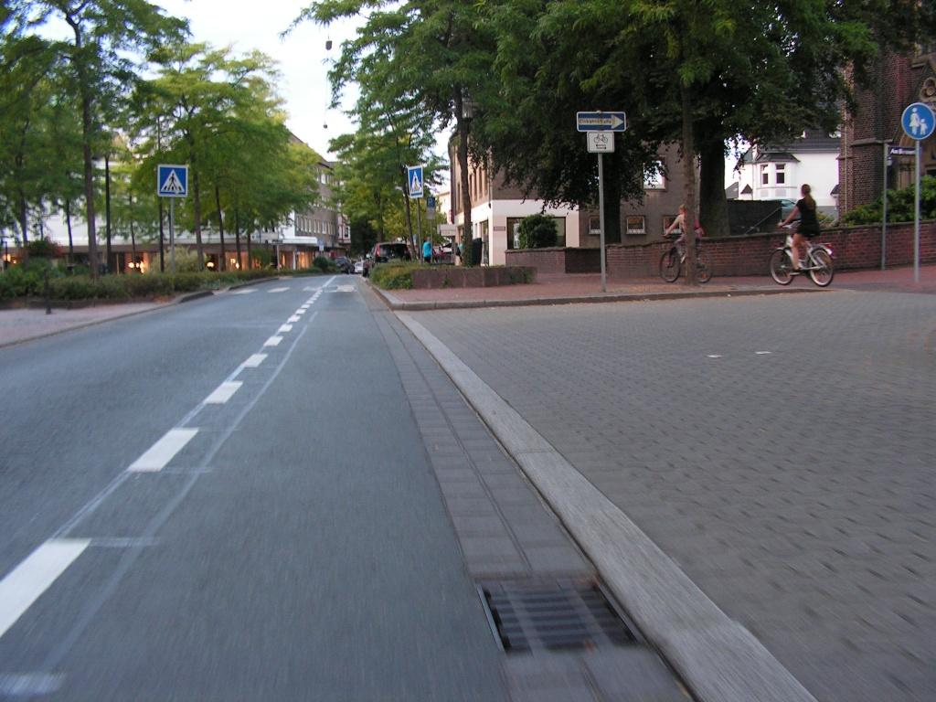 Der ehemalige Radweg am Biesenkamp (rechts im Bild). Zeichen 239 reicht nicht als Mittel gegen Gewohnheit und unattraktives Fahrbahnradeln. (Foto: Peter Maier)
