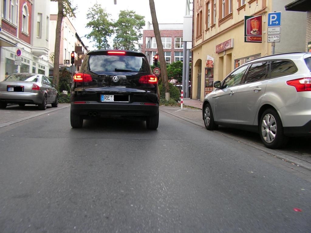 Lönsstraße noch ohne Schutzstreifen, so dass man eine sichere Fahrposition wählen kann. Wo sollen hier ausreichend breite Schutzstreifen hinpassen? (Foto: Peter Maier)