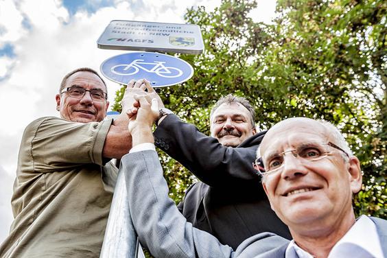 Ulrich Syberg, Karlheinz Friedrichs und Thomas Semmelman (von links nach rechst) präsentieren das Schild (Foto: Stadt Herne/Frank Dieper)