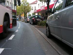 Der Schutzstreifen ist einschließlich Linie 150 cm schmal, davon gehen nochmal 5 cm für den Außenspiegel des rechten Pkw ab. Der Busfahrer gewährt großzügig zusätzliche 10 cm, so dass 155 cm verbleiben. Mein Fahrrad ist 85 cm breit, so dass für den linken und rechten Sicherheitsabstand insgesamt 70 cm vorhanden sind. 35 cm links, 35 cm rechts. Oder ganz anschaulich: Ich hätte mit den Ellenbogen den Dreck vom Bus wischen können. (Foto: Peter Maier)
