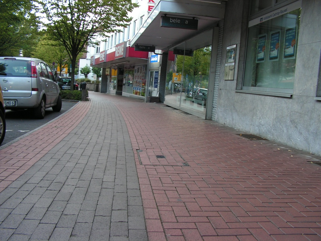 Der ehemalige Radweg ist farblich noch klar zu erkennen und wird trotz Beschilderung als Gehweg noch eifrig von Radfahrern genutzt. So leer ist es hier nur Sonntags. (Foto: Peter Maier)