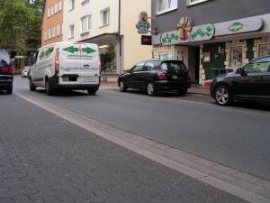 Die Fahrbahnbreite reicht nicht zum Überholen: An dieser Stelle in der Mühlenstraße ereignete sich im Frühjahr ein schwerer Unfall, als Linienbus eine 80-jährige Radfahrerin überholte. (Foto: Peter Maier)