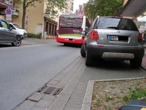 An dieser Stelle in der Mühlenstraße ereignete sich im Frühjahr der schwere Unfall. Bei dieser Fahrbahnbreite haben Linienbusse nichts neben Radfahrerinnen verloren. (Foto: Peter Maier)