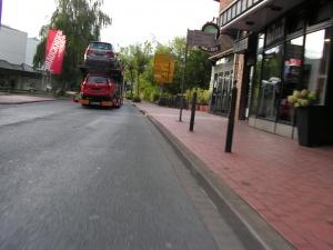 Das einzige Fahrzeug, das im Bereich des Gefährdungsstreifens nicht überholte, war dieser Autotransporter. Das wäre dann vielleicht doch etwas eng geworden... (Foto: Peter Maier)