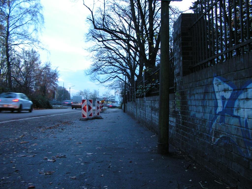 Kein gutes Foto, dafür guter Belag: Asphalt statt Kraterlandschaft am Südwestfriedhof. (Foto: Peter Maier)