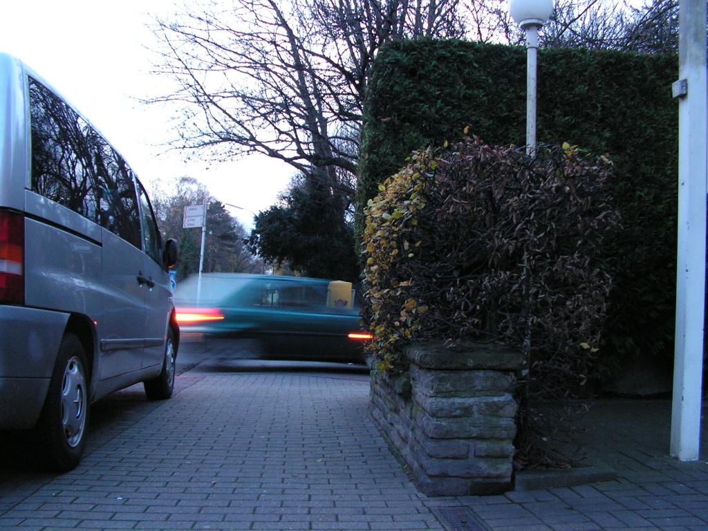 Premiumgehweg in der fußgängerfreundlichen Stadt Dortmund. Man beachte die Parkflächenmarkierung bis zum Schnittpunkt der Fahrbahnkanten. Die Fünf-Meter-Regel gilt in Dortmund nicht. (Foto: Peter Maier)