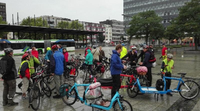 Die CM sammelt sich vor dem Hauptbahnhof