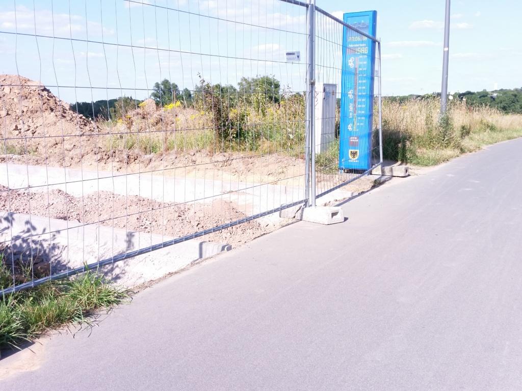 """Zählstation Schnettkerbrücke. Im Vordergrund sieht man, warum wir weiter Druck machen müssen. Während die Leitung des Tiefbauamts von einer """"Neuausrichtung"""" für den Radverkehr spricht, werden Fahrräder weiter als Fahrzeuge behandelt, die mit Begeisterung 90-Grad-Kurven fahren.  Die Einmündung liegt direkt hinter einem Sichthindernis und der Weg wird in der Qualitätsstufe Schotterpiste realisiert. (Foto: Peter Maier)"""