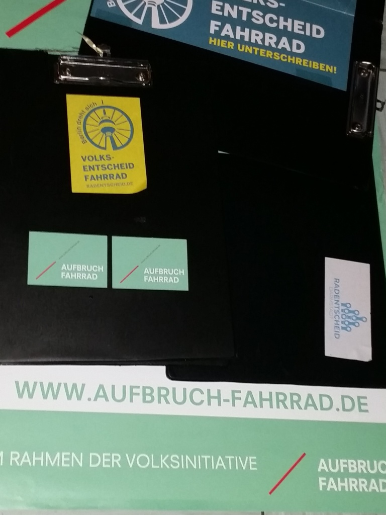 Ihr dürft auf den Original-Klemmbrettern unterschreiben, die die Helden von Berlin und Darmstadt verwendet haben (Foto: Peter Maier).